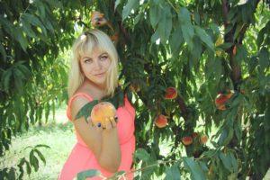 Mädchen mit Pfirsichen